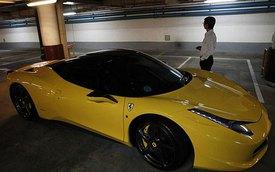 Nhân viên đỗ xe lấy Ferrari 458 Italia của khách đi chơi