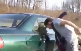 Video: Nghịch dại với trò đập đầu vào cửa kính ôtô