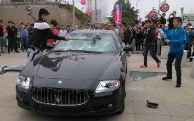 Video: Cận cảnh quá trình chiếc Maserati Quattroporte bị đập bằng búa
