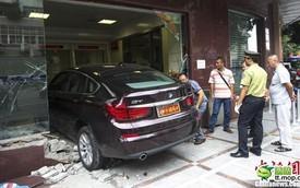Xế sang BMW 535i GT lao thẳng vào ngân hàng