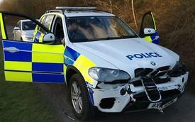 Tài xế bỏ chạy đâm nát mũi BMW X5 của cảnh sát
