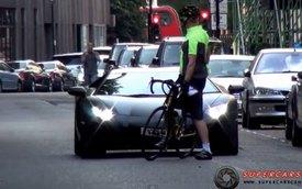 Lái Lamborghini Aventador vẫn bị mắng như thường