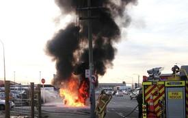 Môtô cảnh sát bỗng dưng bốc cháy nghi ngút