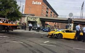 """""""Siêu bò"""" Lamborghini Gallardo lao vào điểm dừng xe buýt"""