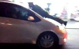 """Hà Nội: """"Nữ quái xế"""" hất cảnh sát lên nắp capô"""