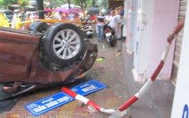 """Hà Nội: Toyota Venza đâm hai xe liên tiếp và """"chổng vó"""""""