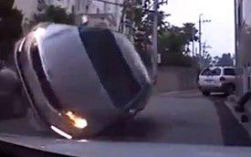 """Va chạm với xe đang đỗ, Kia K5 """"chổng vó"""""""