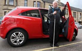 Người đàn ông mù gây tai nạn ngay lần đầu lái ôtô