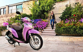 Quý cô thanh lịch làm điệu với Honda SH Mode màu hồng