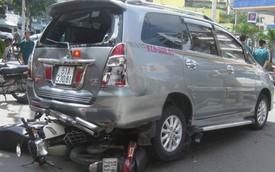 Lái Toyota Innova của khách, nhân viên rửa xe gây tai nạn