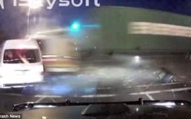 Vượt đèn đỏ, xe tải đâm chết ít nhất 22 người