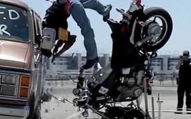 """""""Tua chậm"""" cảnh môtô húc ngang sườn xe van"""