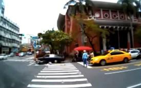 Đang chờ đèn đỏ, 2 xe máy bị ôtô hất văng