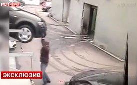 Quên kéo phanh tay, suýt bị xe Audi đè chết