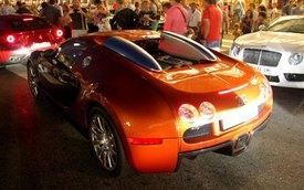 """Nhân viên đỗ xe chật vật đưa Bugatti Veyron """"vào chuồng"""""""