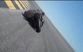 Ôm cua, mài cả mũ bảo hiểm xuống lòng đường