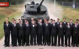 Đứng dàn hàng trước mũi xe tăng để... thử phanh