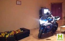 Bé gái liều lĩnh vặn ga Suzuki GSX trong nhà