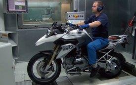 """""""Tua nhanh"""" quá trình lắp ráp môtô BMW R1200GS"""
