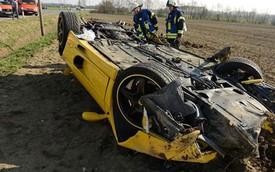 """Siêu xe Ferrari F355 """"ngửa bụng"""" vì chạy trên 100 km/h"""