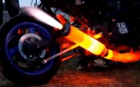 Xem cảnh ống pô xe máy bị nung đỏ và phụt lửa