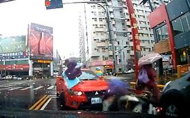 """Mitsubishi đâm xe máy chờ đèn đỏ, """"bốc hơi"""" khỏi hiện trường"""