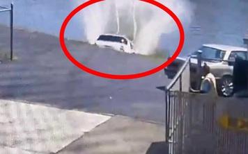 Vừa ra khỏi trạm rửa xe, người phụ nữ lao thẳng Mercedes xuống sông
