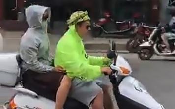 Thử sáng tạo dùng dưa hấu làm mũ bảo hiểm, người đàn ông bị cảnh sát lùng được phạt tiền