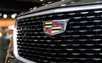 Logo của Cadillac lúc ở chỗ này, lúc ở chỗ khác và đây là lý giải tại sao