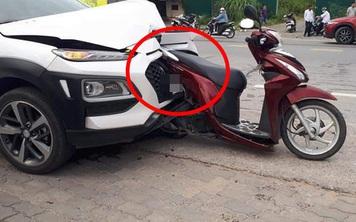 Hiện trường vụ tai nạn hiếm có: Xe máy bị đâm không đổ, cắm sâu vào đầu ô tô