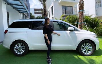 'Nữ hoàng nội y' Ngọc Trinh mua Kia Sedona Signature giá hơn 1,2 tỷ đồng tặng trợ lý Thúy Kiều