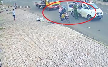 Thấy dân chật vật giữa đường vì xe hỏng, chiến sĩ CSGT đến đưa hai vợ chồng đi trong sự ngơ ngác