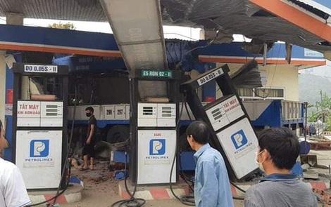 Hình ảnh vụ xe tải cẩu đâm sập cây xăng liên tục được chia sẻ trên MXH chiều Chủ Nhật