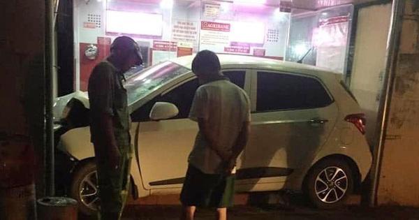 """Ô tô nằm gọn trong khu vực ATM – hiện trường vụ tai nạn khiến người ta """"đau đầu"""" tìm lời giải"""