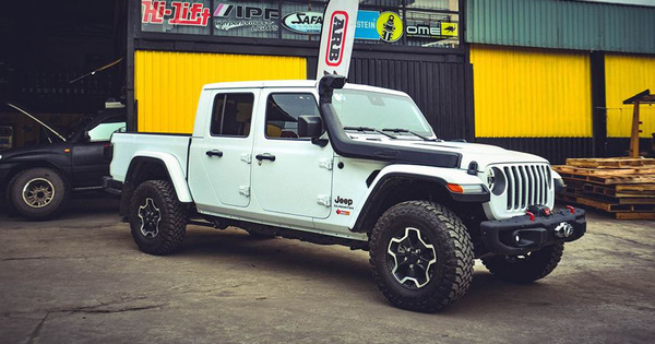 Sau khi bán nhiều siêu xe, ông chủ cà phê Trung Nguyên sắm bán tải Jeep Gladiator hàng hiếm về độ ống thở