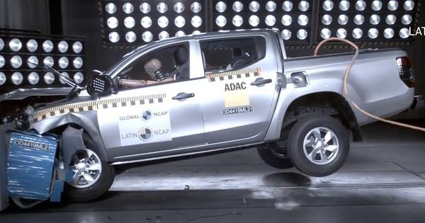 Xem Mitsubishi Triton không túi khí thử va chạm mới thấy trang bị này cần thiết như thế nào