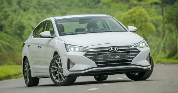 """Hyundai Elantra """"vớ bẫm"""" khi Ford bỏ Focus"""