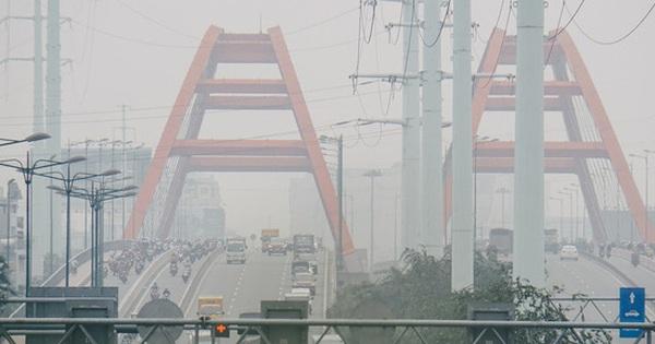 Sài Gòn bị bao phủ một màu trắng đục từ sáng đến trưa, người dân cay mắt khi đi ngoài trời