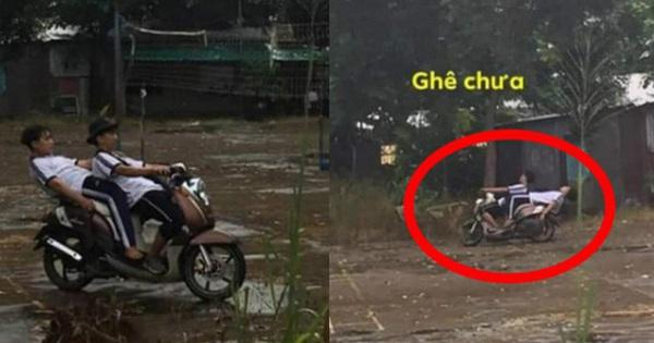 """Ngả ngớn trên xe máy sau cơn mưa, hai thanh niên nhận cái kết """"chổng vó lên trời"""""""