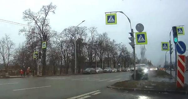 Lái thử xe sang, tài xế khiến hơn chục ô tô gặp nạn