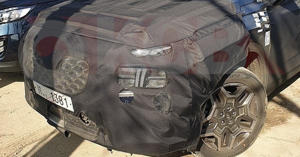 """""""Xe hot"""" Hyundai Santa Fe bất ngờ lộ diện phiên bản mới: Đèn pha lớn hơn, nội thất như """"đàn anh"""" Palisade"""