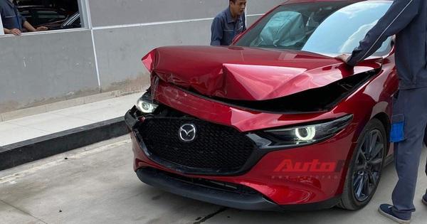 """Khách hàng tố phanh tự động của Mazda3 gặp lỗi, người của Mazda Việt Nam test thử và cái kết """"toác"""" đầu"""
