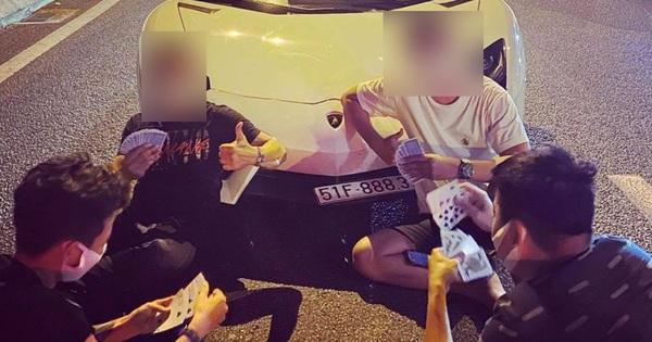 """Tắc đường, nhóm thanh niên đánh bài """"giết"""" thời gian trước mũi Lamborghini Aventador LP700-4 nhập khẩu chính hãng duy nhất Việt Nam"""