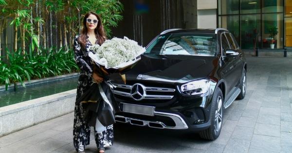 """Trương Ngọc Ánh """"đập hộp"""" Mercedes-Benz GLC 200 nhưng cách nhận xe gây chú ý"""