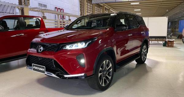 Lộ diện Toyota Fortuner 2021 ngoài đời thực: Đẹp hơn trong ảnh, thế khó cho Ford Everest