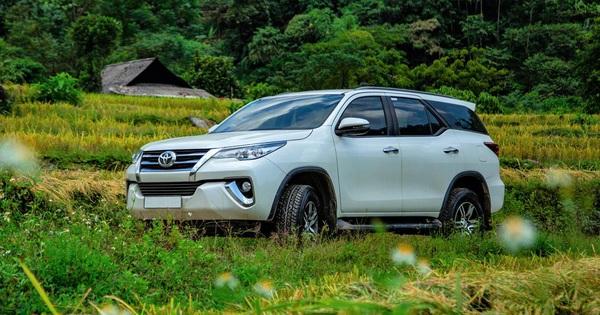 """Toyota Fortuner """"tăng lực"""" trong tháng 7 – Vua SUV 7 chỗ củng cố ngôi vị"""