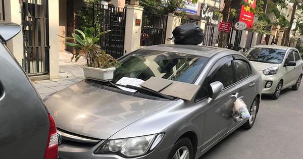"""Đỗ ô tô trên đường rồi rời đi, lúc quay lại tài xế tái mặt khi thấy """"3 túi quà"""" treo đầy xe"""