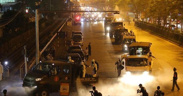 Ảnh: 10 xe của Binh chủng Hóa học tiêu độc toàn bộ không gian BV Bạch Mai, vận chuyển 600 người nhà bệnh nhân đi cách ly tập trung