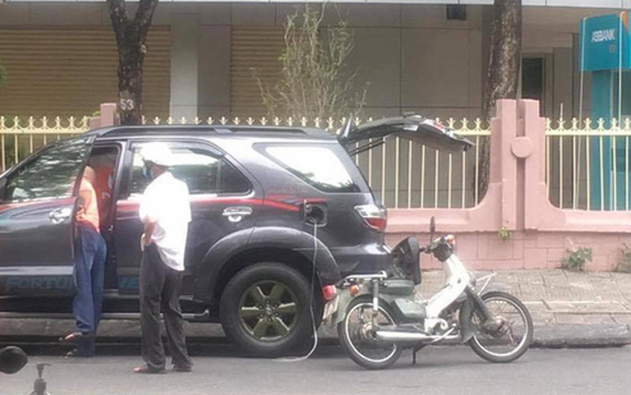 Cụ già nặng nhọc dắt bộ chiếc xe dọc đường và câu hỏi xua tan phiền muộn từ 2 người đàn ông xa lạ