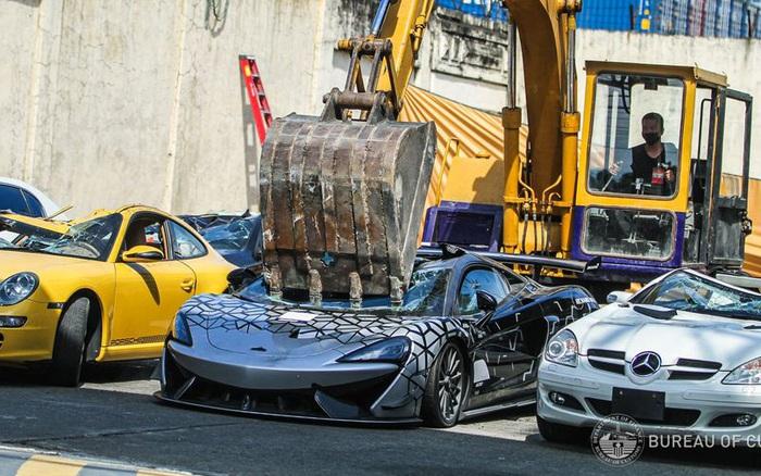 Dàn siêu xe, xe thể thao trị giá hàng triệu USD bị máy xúc nghiền nát không thương tiếc - vietllot 655